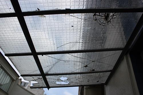 vitre de toit cassée